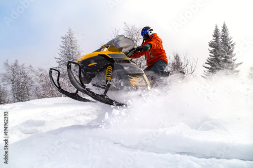 La pose en embrasure Glisse hiver Athlete on a snowmobile