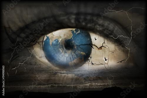 Valokuvatapetti Surreales Bild von einem Auge in dessen Blick der Weltuntergang thematisiert wird