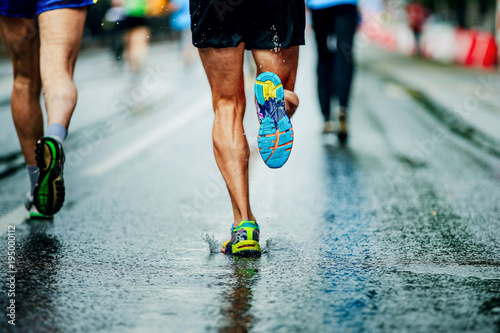 water sprays from under running shoes runner men Fototapet
