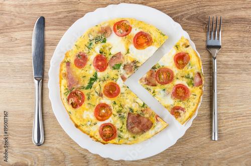Plakat Wytnij jajka sadzone z kiełbasą, pomidory w białym naczyniu, nóż