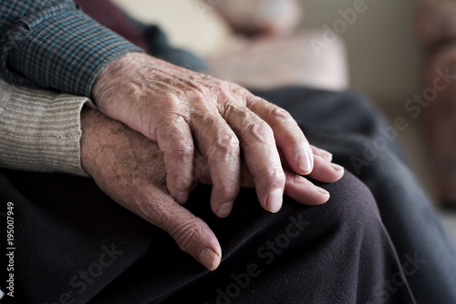 Photographie old man and old woman holding hands