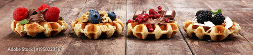Fotografía  Belgian waffles with pomegranate and raspberries, homemade healthy breakfast wit
