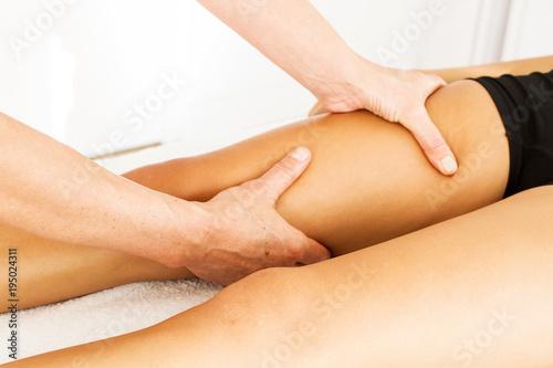 Photo Drenaje linfático piernas. Masajes piernas. Vista de cerca