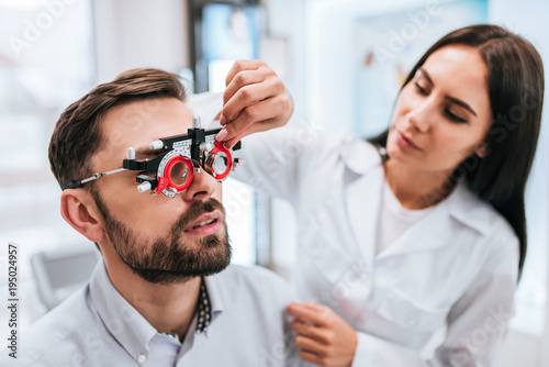 Fotomural  Doctor and patient in ophthalmology clinic