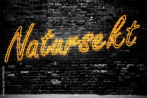 Photo Leuchtreklame Natursekt an Ziegelsteinmauer