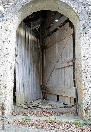 Valokuva strange double door of a stable to access two different rooms using a single ent