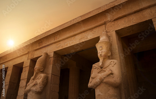 In de dag Egypte Close up of statutes in ancient Temple of Karnak in Luxor - Ruined Thebes Egypt