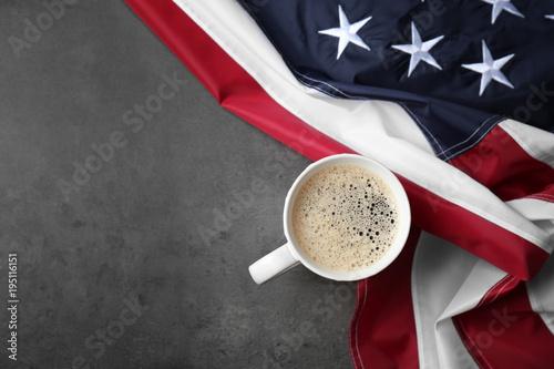 Filiżanka kawy i flaga amerykańska na szarym tle