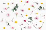 Kompozycja kwiatów Wzór wykonany z różnych kolorowych kwiatów na białym tle. Leżał płasko, widok z góry - 195117376