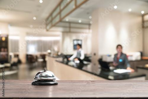 Plakat Hotelowy usługa dzwon na stołowym białym szkle i symulacja hotelu tle. Concept Hotel, podróż, pokój