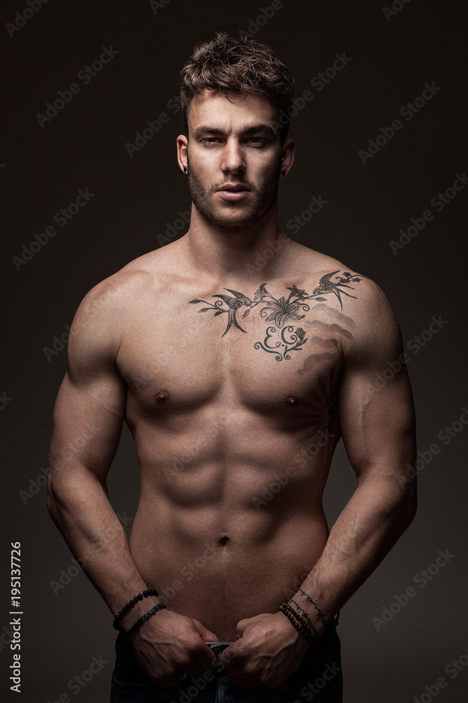 Fototapeta Modèle masculin à torse nu en studio