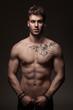 Modèle masculin à torse nu en studio