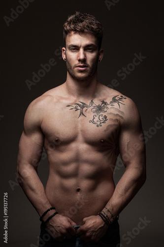 Obraz Modèle masculin à torse nu en studio - fototapety do salonu