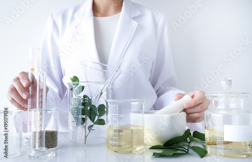 Fotografia  the scientist,doctor, make alternative herb medicine with herbal the organic natural in the laboratory