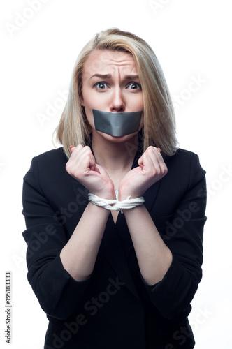 Девушка с заклеенным ртом