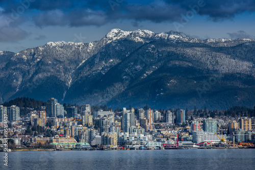 Fotomural Rocky Mountains and buildings, North Vancouver, British Colombia, Canada