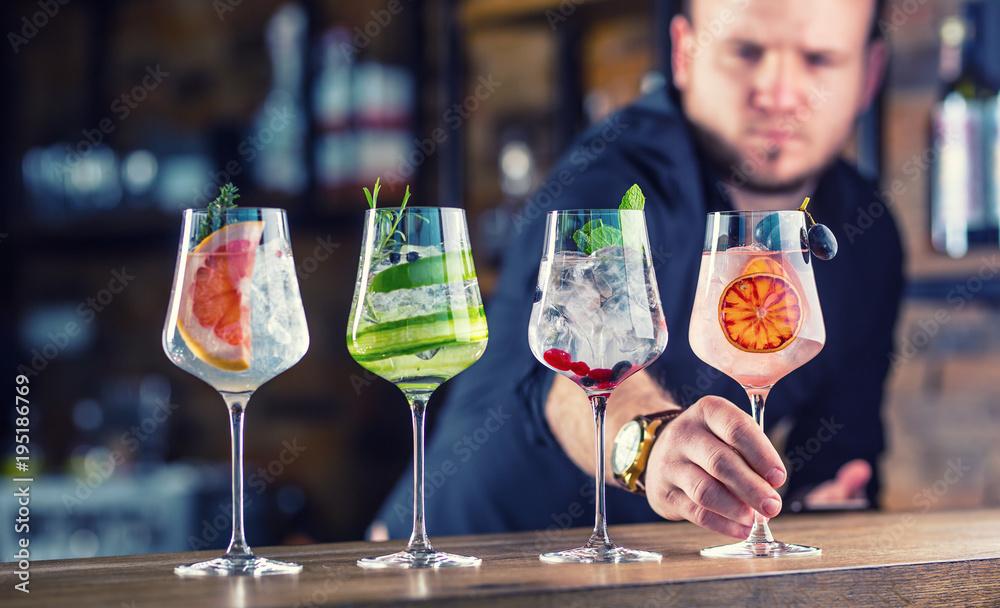 Fotografía  Barman in pub or restaurant  preparing a gin tonic cocktail drinks in wine glass
