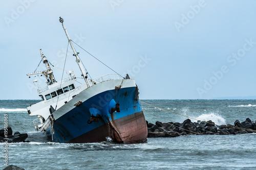 Foto op Plexiglas Schipbreuk 座礁した貨物線