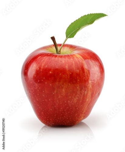 Fototapeta jabłko jablko-w-kolorze-czerwonym-z-zielonym-listkiem-na-bialym-tle
