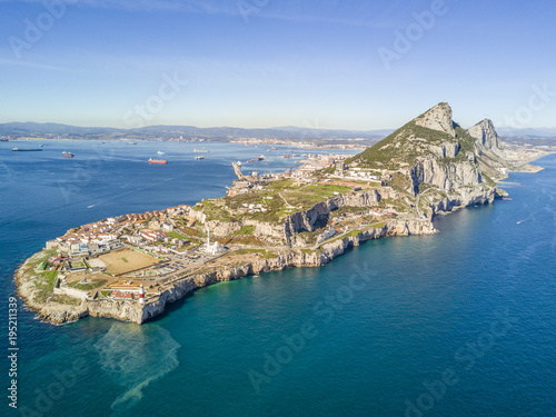 Foto  Famous Gibraltar rock on overseas british territory, Iberian Peninsula