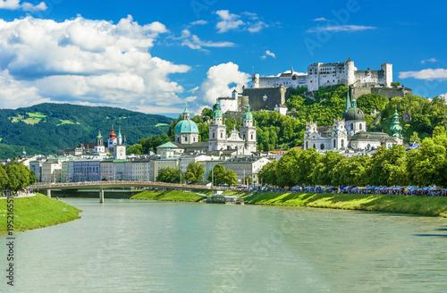 Fototapeta premium Piękny widok na panoramę Salzburga z Festung Hohensalzburg w lecie, Salzburg, Austria