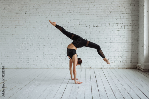 Photo Beautiful young woman working out, yoga, Pilates, fitness training, doing a hand