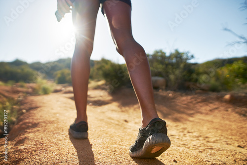 Foto  hiker walking on dirt path close up on shoes while walking
