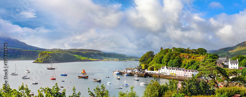 Obraz na plátně Panoramic landscape with boats , yachts and sailboats in Portree harbour