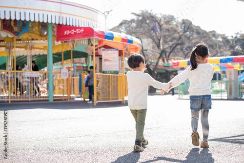 Papiers peints Attraction parc 遊園地で遊ぶ子供