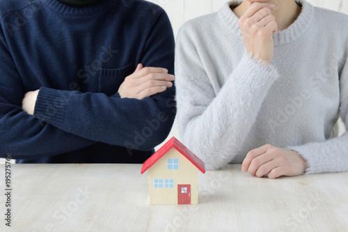 Fototapeta 住宅に関して迷う夫婦・カップル obraz