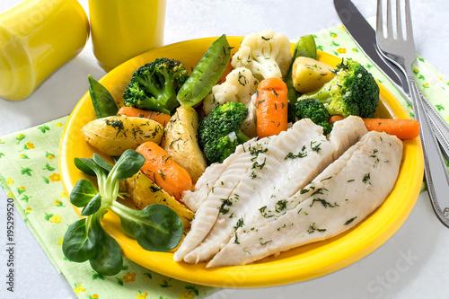 Flounder baked with vegetables Fototapet
