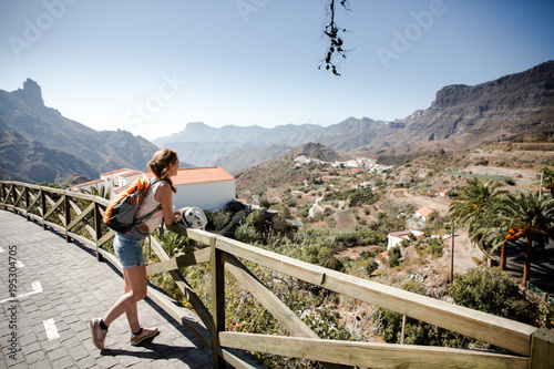 Ein Frau spaziert in Bergdorf Tejeda auf Gran Canaria