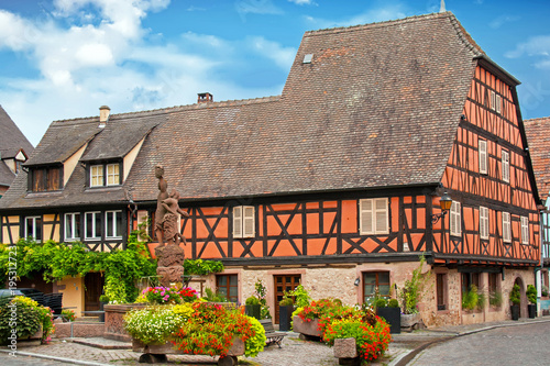 Fotografija  Kientzheim - Place du village avec fontaine allégorique - Alsace