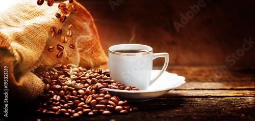 Fototapeta kawa   filizanka-kawy-z-jutowym-workiem-prazonych-ziaren