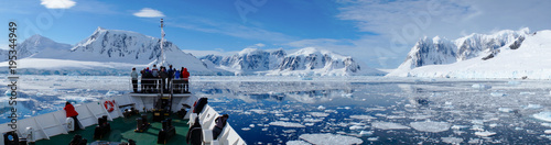 Foto op Plexiglas Antarctica Cruising through the Neumayer channel full of Icebergs in Antarctica.