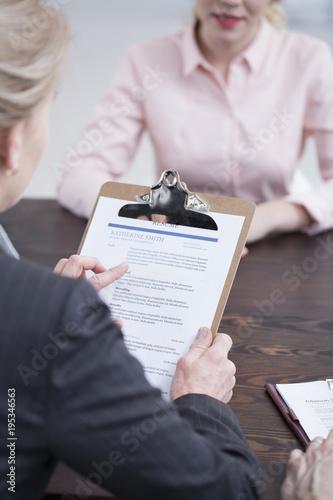 Cuadros en Lienzo Interviewer holding resume