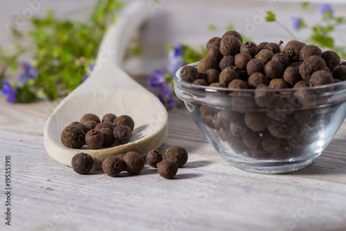 Fotografia Close up on spoon with allspice (pimento)