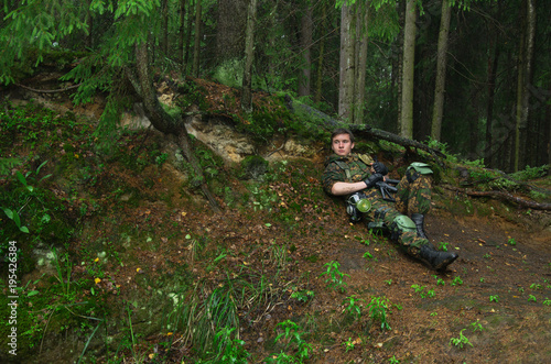 Fotografía  soldier hiding and resting over the hill in the woods