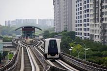 シンガポール郊外の住宅地を走るLRT