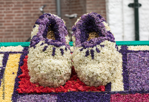 Fotografía  Traditional clogs made of hyacinths at the traditional flowers parade Bloemencor