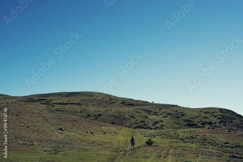 Foto op Canvas Blauwe jeans Senderista disfrutando de las vistas de las montañas en Nueva Zelanda.