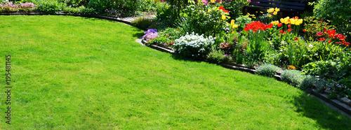 Papiers peints Jardin Rasenfläche im Garten Panorama