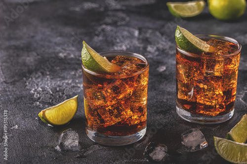Canvastavla  Rum and Cola Cuba Libre with Lime and Ice
