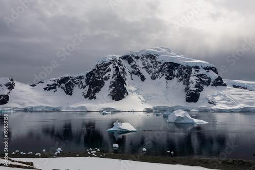 Fotobehang Antarctica Antarctic seascape with reflection