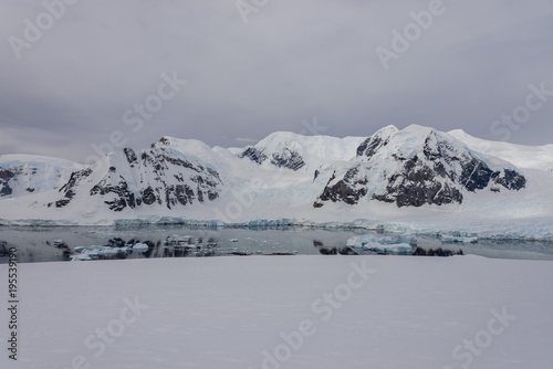 Spoed Foto op Canvas Antarctica Antarctic seascape with reflection