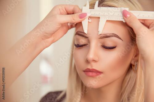 Obraz na płótnie Microblading brwi przepływ pracy w salonie piękności