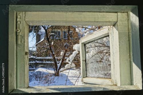 Fotografie, Obraz  открытая форточка с видом на зимнюю улицу
