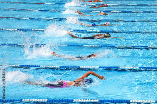 Obrazy Pływanie  swimming-in-the-pool
