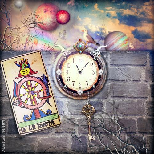 Fortuna e destino. Orologio misterioso in un scenario fantastico con chiave e ruota della fortuna dei tarocchi