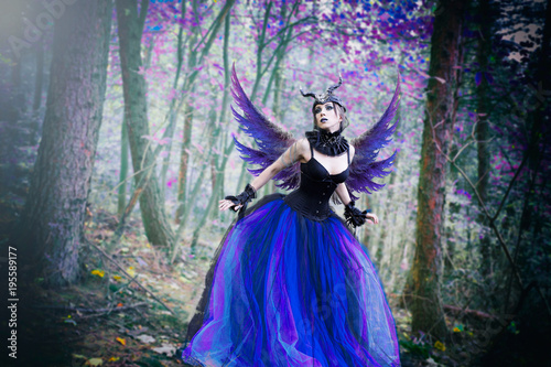 Piękna czarownica, fioletowa kraina fantasy Fototapet
